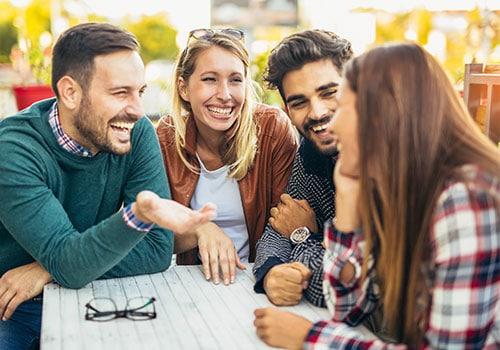 Vier Freunde unterhalten sich gut gelaunt